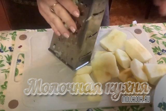 Измельчение яблок на терке