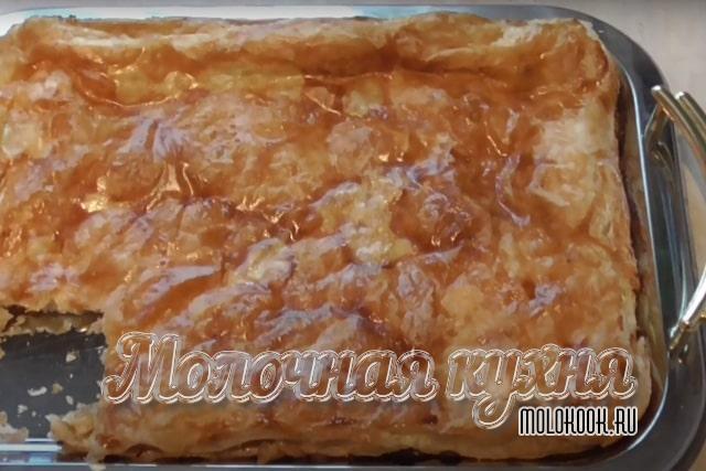 Быстрый слоеный пирог с творогом и яблоками