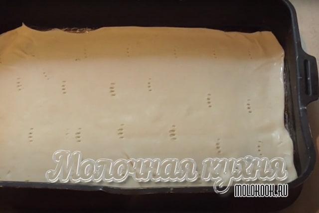 1 слоеный лист теста выложен в форму для выпекания