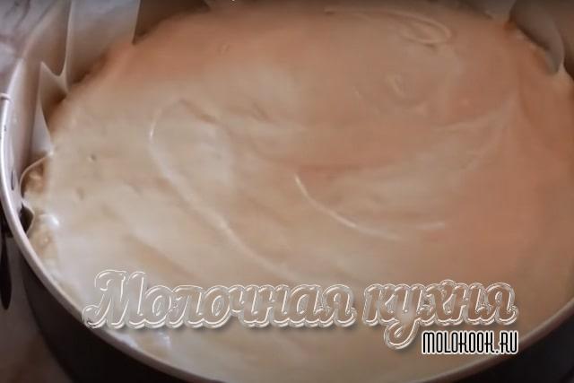 ОСтаток бисквитного теста вылит в форму