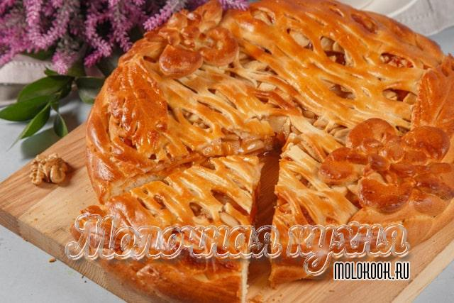 Пирог из дрожжевого теста с яблоками, изюмом и творогом
