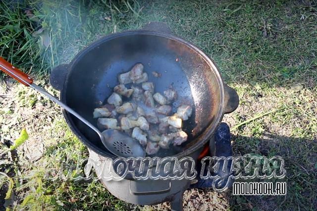 Обжаривание свинины в казане на растительном масле