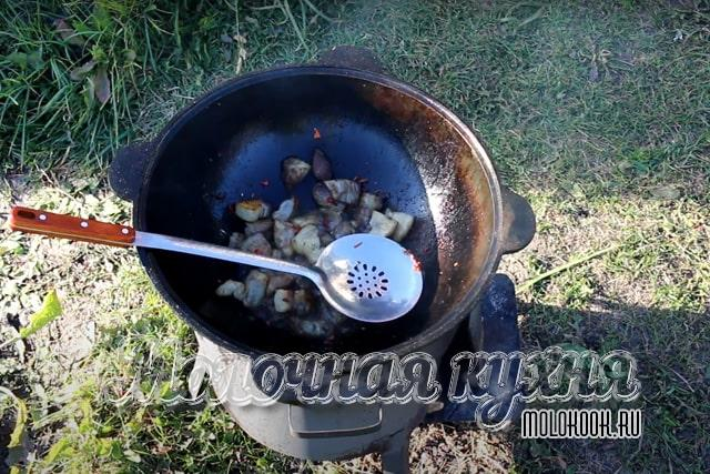 Острый перец добавлен к мясу