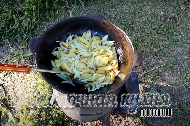 Лук добавлен и перемешан с картофельными ломтиками