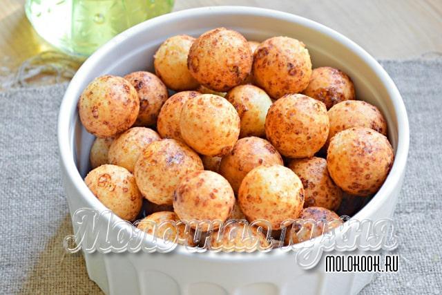 Готовые творожные пончики в глубоком блюде