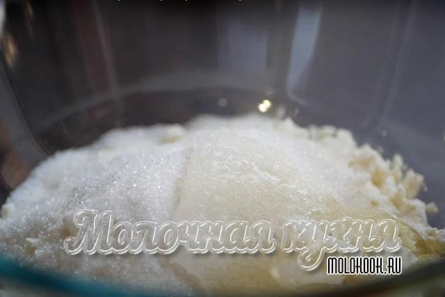 Творог, куриные яйца, сахар и другие компоненты в глубокой чаше