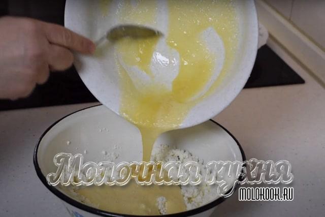 Выливание яичной массы в творожно-сметанную смесь