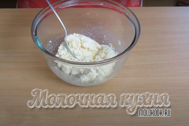 РАстирание творога с сахарным песком и яичными желтками