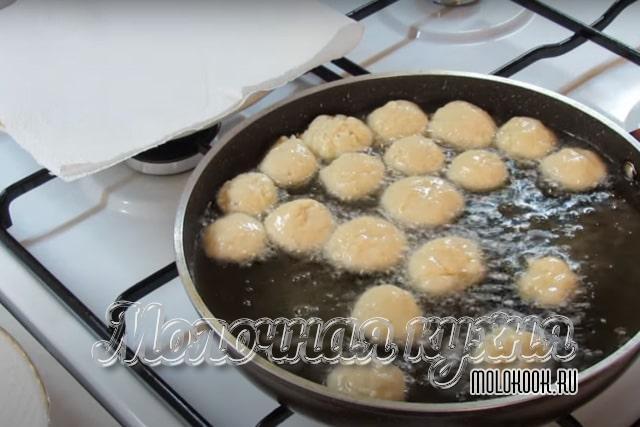 Заготовки пончиков обжариваются в сковороде с маслом