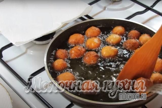 Снимание пончиков со сковороды