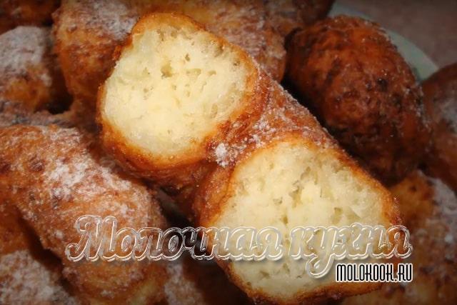 Пончики, приготовленные из творога, в форме бубликов