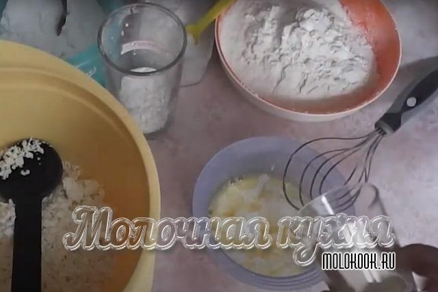 Добавление масла и кефира в яичную массу