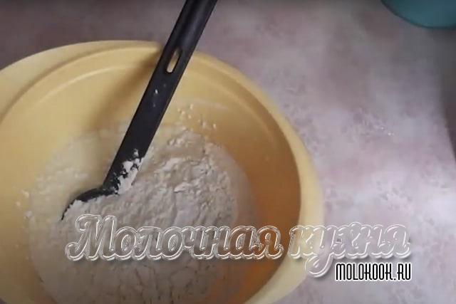 Мука высыпана в миску к остальным продуктам