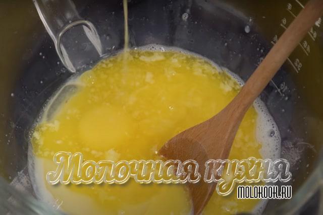 В молоко добавлено жидкое масло, сахарный песок, яйца