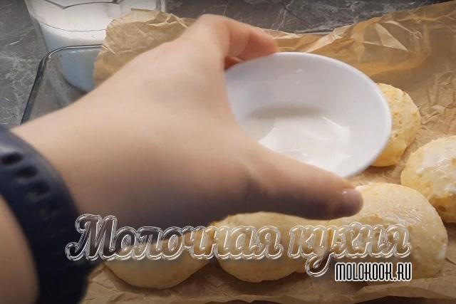 Смазывание верха заготовок молоком