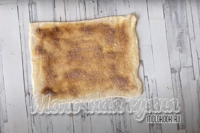Лист теста, посыпанный корицей с сахарным песком