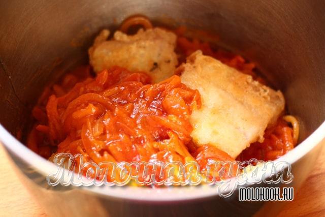 Рыба уложена в луково-морковный маринад