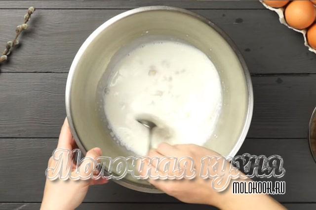 Перемешивание дрожжей с теплым молоком