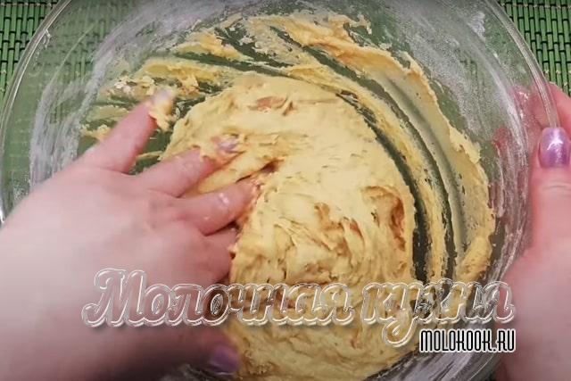 Получившееся вязкое тесто для кулича