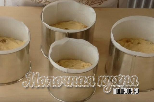 Тесто уложено в подготовленные жаропрочные формы
