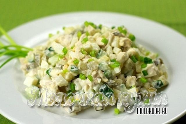 Салат с добавлением курицы и консервированного горошка