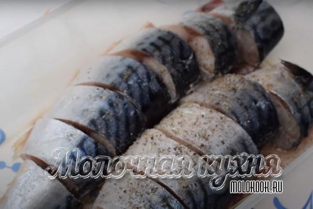Рыба нарезана и приправлена