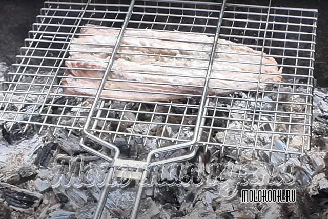 Запекание филе скумбрии над углями