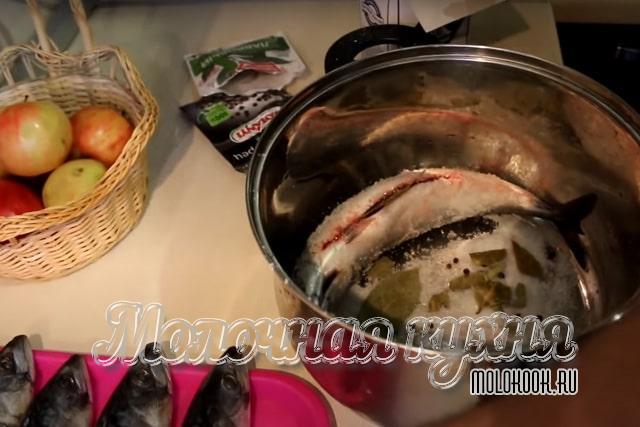 Рыба уложена и посыпана специями