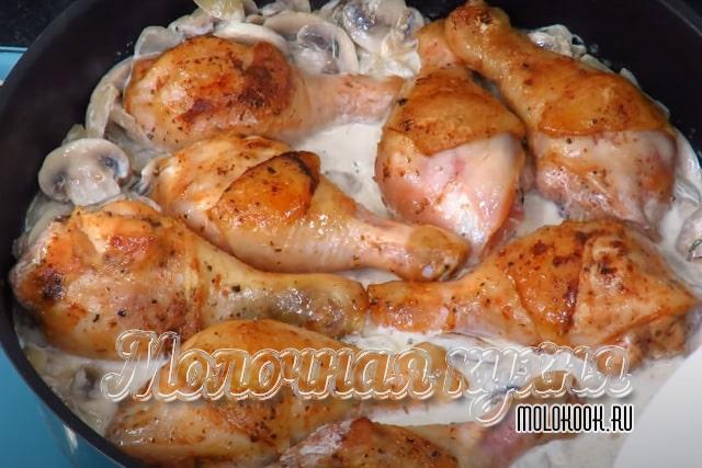 В сковороду залиты сливки и выложена курица
