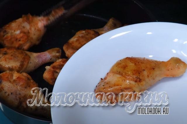 Снятие обжаренных куриных ножек на тарелку
