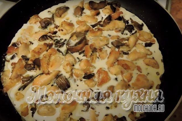 Сливки добавлены в сковороду к курице и грибам
