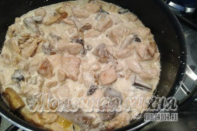 Курино-грибная поджарка, политая жирными сливками