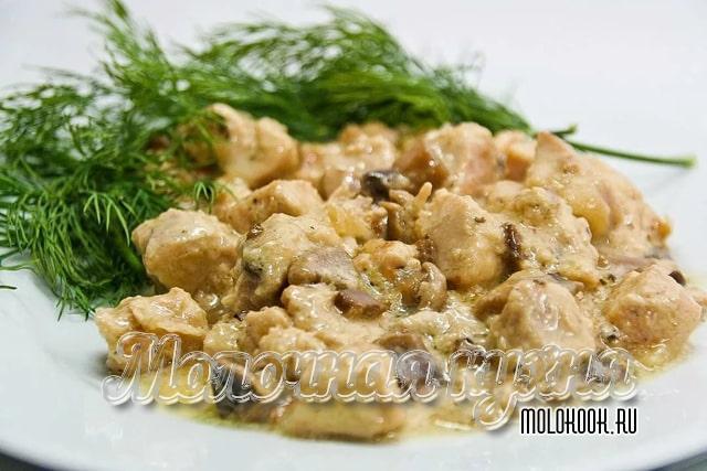 Картошка с грибами и курицей в соусе из сливок