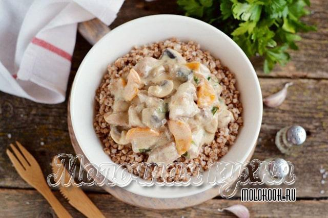 Гречка с курицей, овощами и грибами в сливочном соусе