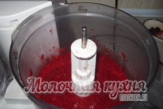 Перетирание ягоды при помощи блендера с чашей