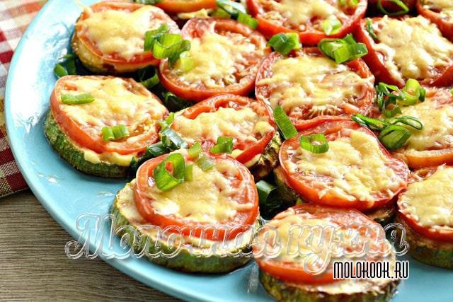 Кабачково-помидорная закуска с сыром