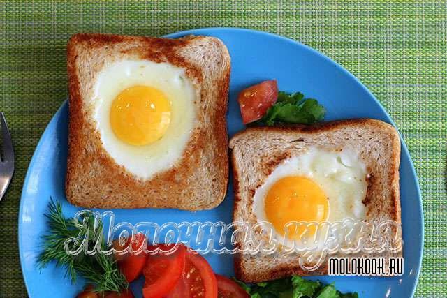 Яичница, приготовленная в хлебе