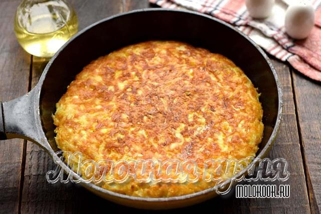 Капуста с яйцом и сметаной на сковороде
