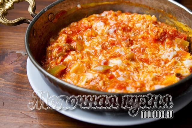 Менемен - турецкий омлет с помидорами и перцем<